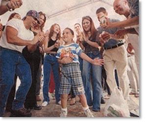 """Los refugiados del residencial Vista Alegre de Aguas Buenas bailaron junto a un nutrido grupo de artistas, entre los que se destacan """"Chevy"""", izquierda, Yaire, María Alejandra y Oscar de Grupomanía"""